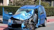 Bestuurder knalt tegen geparkeerde vrachtwagen en wordt agressief: Politie brengt hem geboeid over naar het ziekenhuis