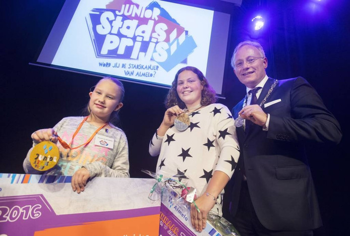 De twee winnaressen van de Junior Stadsprijs en burgemeester Arjen Gerritsen.