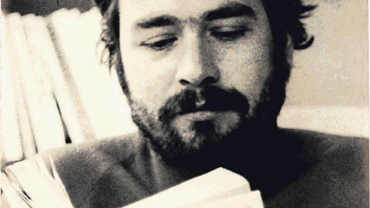 Rob van Gennep leest het dagboek (door hem in het Nederlands uitgegeven) van de guerrillastrijder Che Guevara. (Trouw) Beeld
