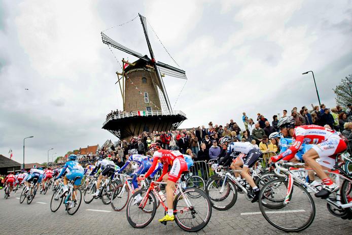 Het peloton passeert in 2010 de molen bij Wijk bij Duurstede tijdens de tweede etappe van de Giro d'Italia van Amsterdam naar Utrecht.