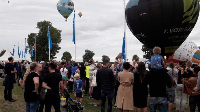 De ballonnen gingen zondagavond alsnog de lucht in op het Ballonfestival Grave.