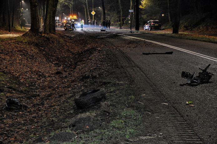 Auto botst tegen boom in Moergestel door gladheid.