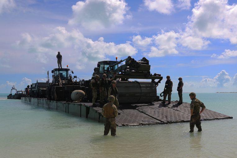 Britse militairen komen aan voor humanitaire hulp. Beeld null