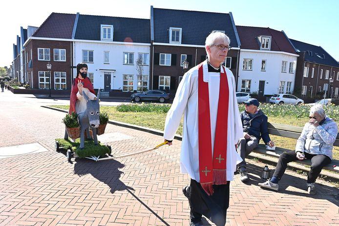 Op Palmzondag 2020 trok pastoor René Aarden met een zelfgemaakte palmezel door de dorpen van zijn parochie.