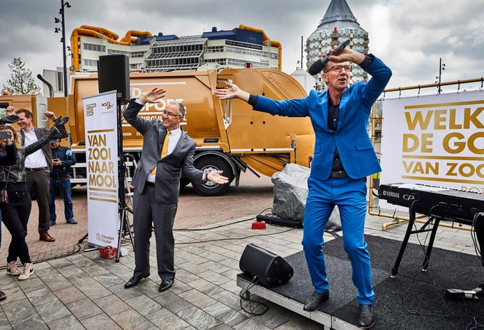,,Afval is goud'', zingt Harry-Jan Bus op de Binnenrotte. Aboutaleb klapt vrolijk mee.
