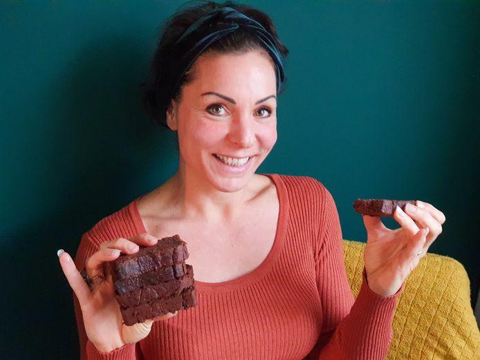 Met de brainpowercake van Christa Takens (Wat Chris Weet) krijgen leerlingen van de Willibrordschool een gezond tussendoortje.