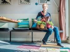 Wie wonen er achter de deurmatten en planten in de portiekflat?