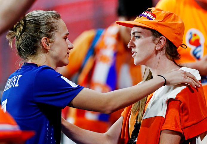 Vivianne Miedema na afloop van het duel met Japan met haar vriendin Lisa Evans.