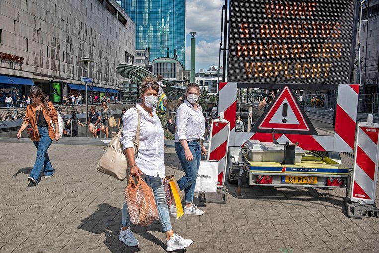 Rotterdammers en zij die de stad bezoeken moeten vanaf 5 augustus een mondkapje dragen in delen van de stad.  Beeld Guus Dubbelman / De Volkskrant