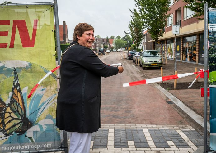 De vernieuwde Stationsstraat in Maarheeze wordt officieel geopend en vrijgegeven voor verkeer door bewoonster Loes Rutten.