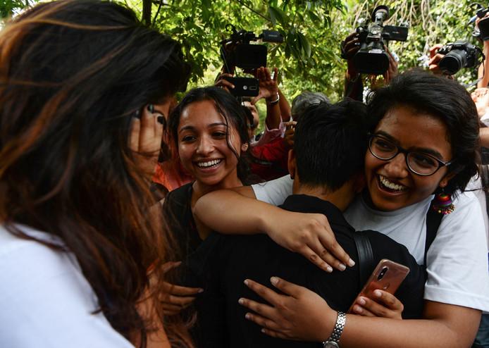Leden van de LGBTQ-gemeenschap vallen elkaar in de armen na de uitspraak van de rechtbank.