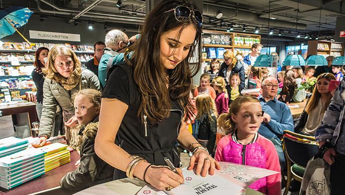 Jill tijdens een signeersessie in De Emmapassage in Tilburg