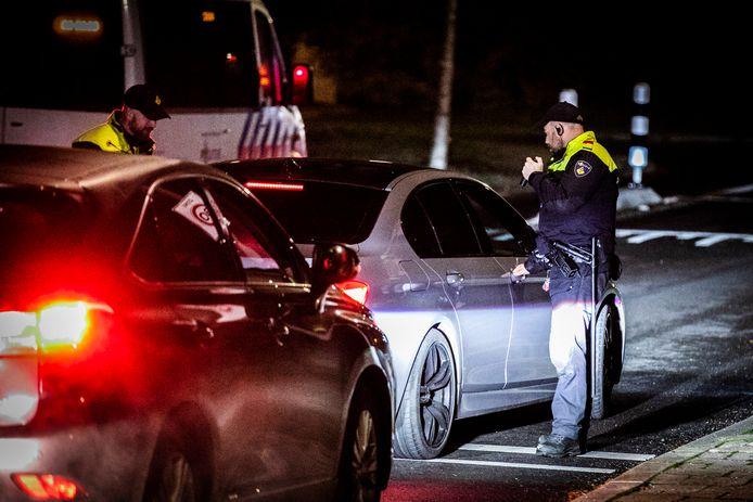 De politie controleert auto's die de Arnhemse wijk Geitenkamp in willen rijden.