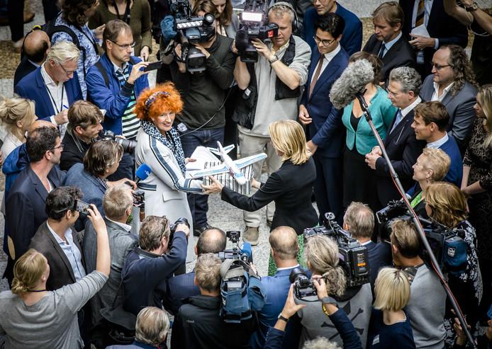 Actievoerders bieden in de Tweede Kamer een petitie aan tegen de laagvliegroutes van vliegveld Lelystad. De petitie werd ruim 80.000 keer getekend.