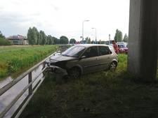 Automobilist raakt van de weg en rijdt tegen vangrail