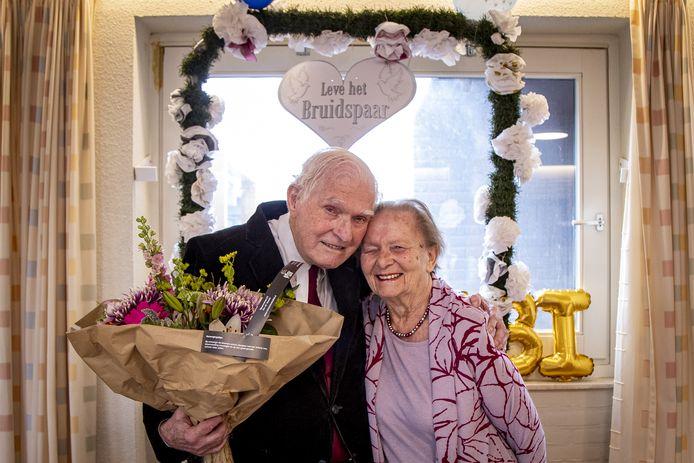 Het 70-jarig bruidspaar Lou en Coby Bals-Aarts woont sinds anderhalf jaar in De Blenke in Hellendoorn.