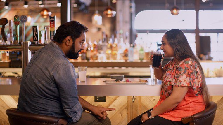 Twee Indiërs op date in 'Indian Matchmaking'. Beeld Netflix