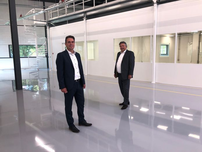 Leon Giesen (r) en René van Wijk van Sioux in de nieuwe productieruimte met cleanroom van het bedrijf.