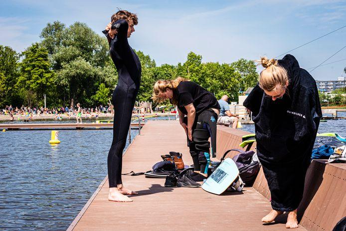 Coronaproof wakeboarden begint met omkleden op de steiger. Vlnr Julian van der Hoorn, Lotte de Heuvel en Mariska van der Velden