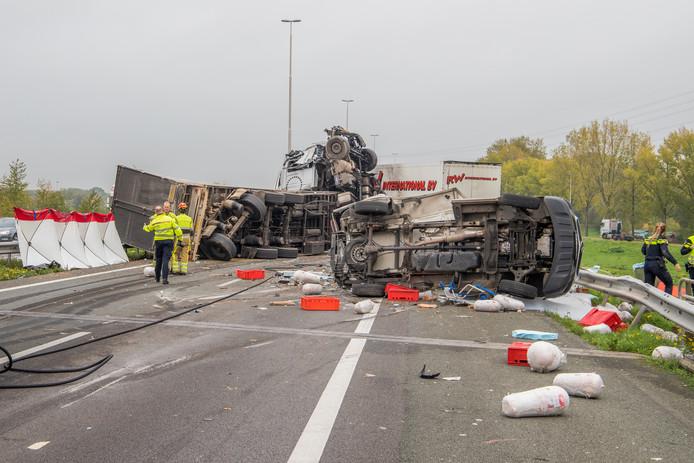 De enorme ravage op de A73 bij Wijchen na het dodelijk ongeluk dinsdagochtend.