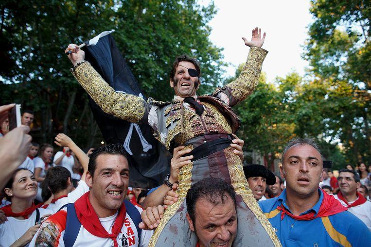 Padilla in 2013. Na een geslaagd optreden wordt de torero op de schouders gehesen. Beeld Getty Images