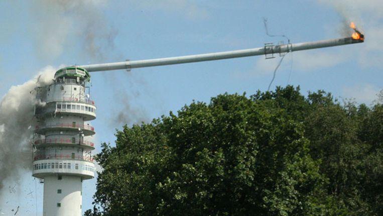 De zendmast in Hoogersmilde stortte vorig jaar na een brand gedeeltelijk in. Beeld ANP