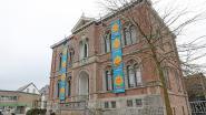 Vlaggen van Warmste Week sieren gemeentehuis Asse tijdens coronacrisis