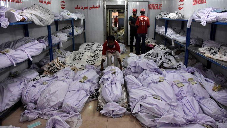 Reddingswerkers in een mortuarium voor de slachtoffers van de hittegolf in Karachi.