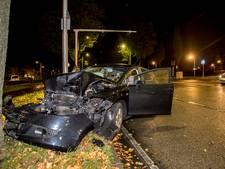 Man crasht tegen boom op een kruising in Tilburg