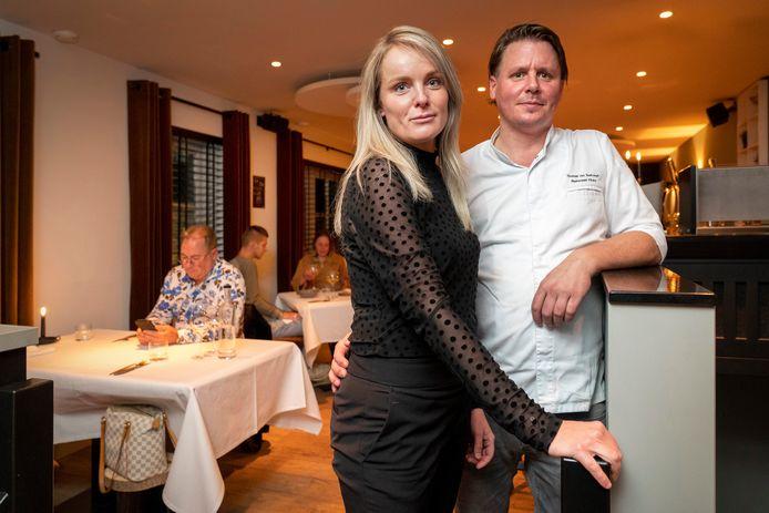 Merlijn van den Bosch en Thomas van Santvoort tijdens de voorlopig laatste avond dat hun restaurant Flicka open mocht zijn. De coronamaatregelen gooien opnieuw roet in het eten.