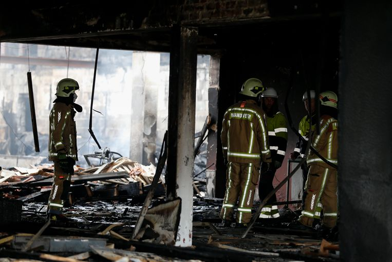Twee brandweermannen kwamen gisteren om het leven bij een hevige brand in Beringen.