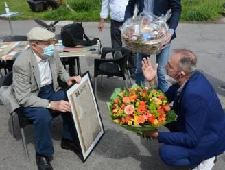Oudste duivenmelker (100) door Nationale Duivenbond in de bloemetjes gezet