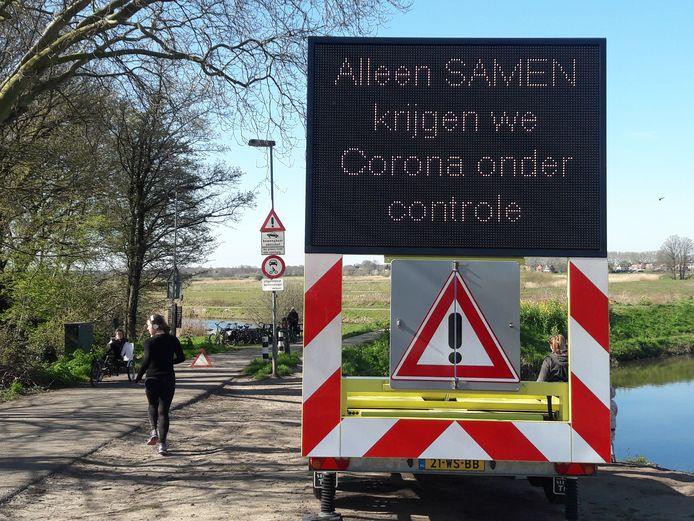 'Alleen samen krijgen we corona onder controle': bord op de Bossche Broek Den Bosch.