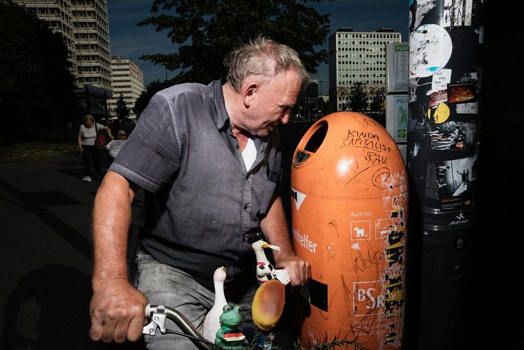 Manfred zoekt in de buurt van de Alexanderplatz naar statiegeldflessen. Beeld Daniel Rosenthal / de Volkskrant