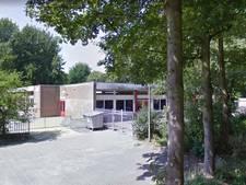 Verwarde vrouw in school in Noord