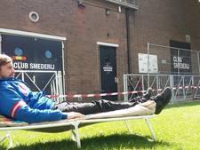 Uitbrakken op een stretcher, goede muziek en pizza's: Club Smederij opent café