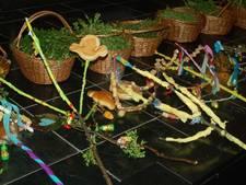 Met versierde palmpaasstok door Zevenaar