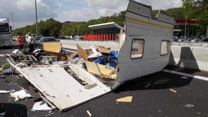 Caravan volledig uiteengereten op E34