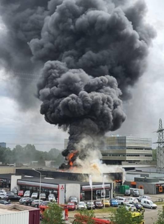 De vlammen slaan uit het dak van Kardol Autobedrijf aan de Lagelandseweg in Nijmegen.