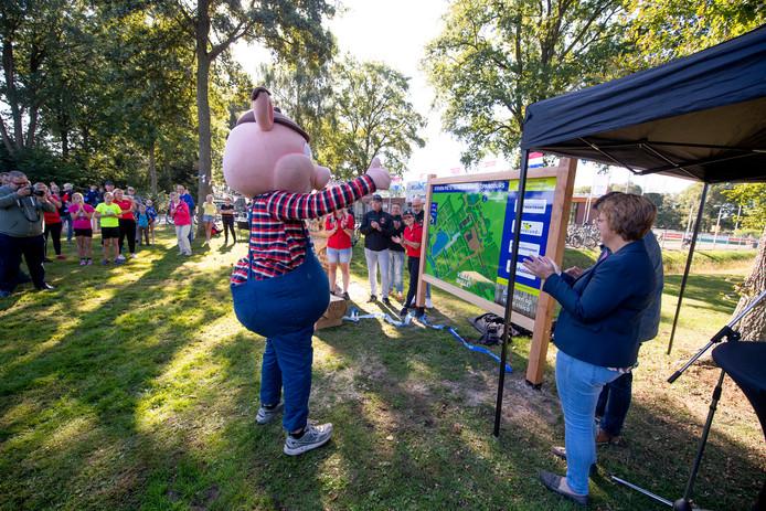 Het Steven Pig Trim- en Wandelparcours in Vriezenveen is in oude glorie hersteld; een initiatief van de 'Tot de Nek in de Drek'-organisatie.