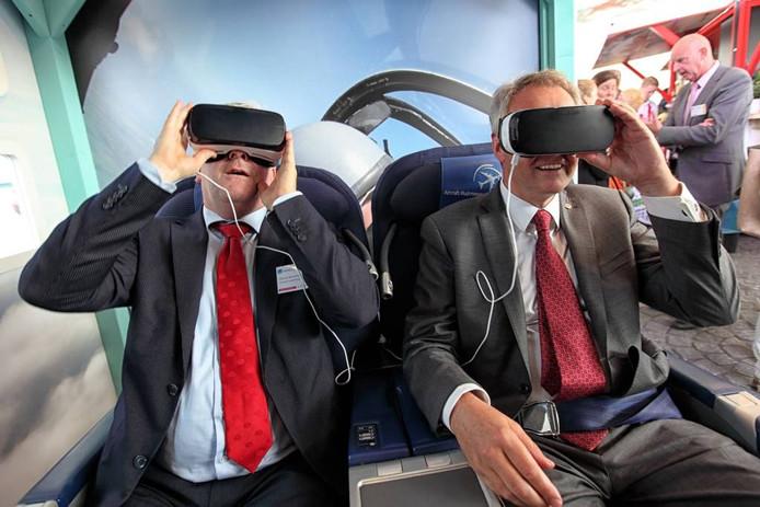 De Brabantse commissaris van de koning Wim van de Donk en de Bergse burgemeester Frank Petter zien door een bijzondere bril de virtuele kant van Brabant. Chris van Klinken/pix4profs