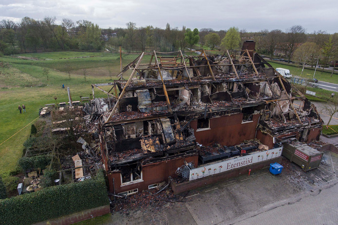 De restanten van restaurant Etenstijd, daags na de brand op 5 april.