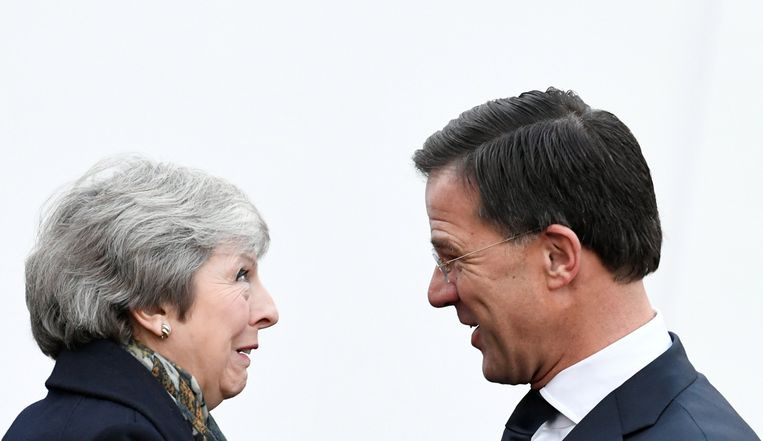 Premier May dinsdagochtend op bezoek bij premier Rutte, op haar tour door Europa om nog enige toegevingen los te krijgen over de Brexitdeal.  Beeld Reuters