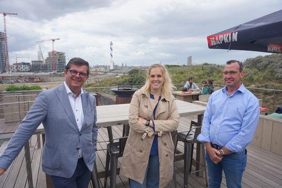 Uitbaters Margaux Rubbens en Benny Van Vooren, met burgemeester Bart Tommelein.