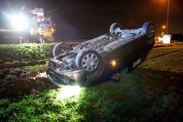 De auto belandde ondersteboven in een veld.