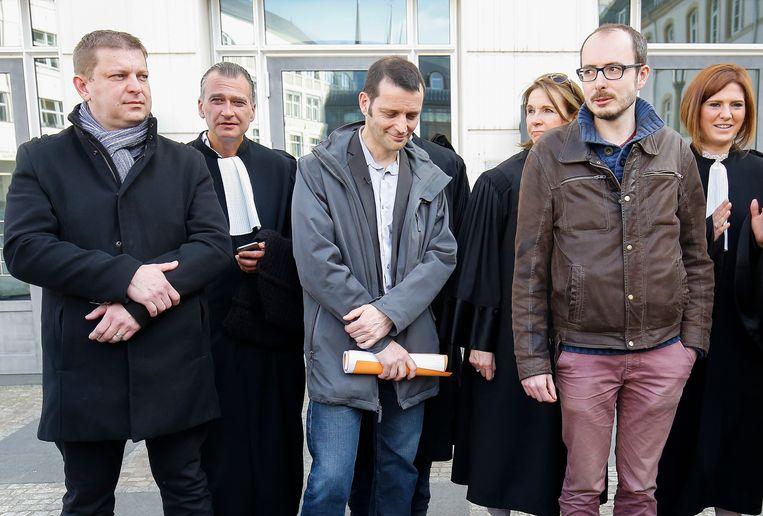 Raphael Halet (L), en Antoine Deltour (R) met journalist  Edouard Perrin (C) in Luxemburg. 15 maart 2017 Beeld EPA