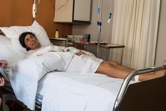 Buurvrouw Anja in het ziekenhuis in juni 2015. Zij raakte zwaargewond bij de bijlaanval.