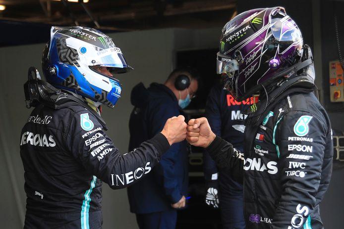 Valtteri Bottas en Lewis Hamilton van Mercedes geven elkaar een boks na de poleposition van de Fin.