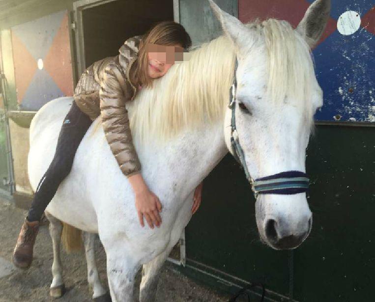 Kiana met haar favoriete paard Sunny.