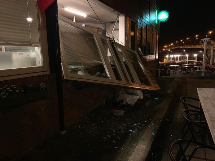 De ramen van het hotel vlogen uit het pand.